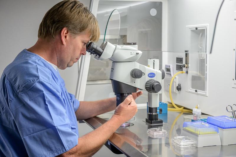 proudbiz-cryos-international-corey-and-microscope